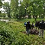 Remplissage des gabions installés dans le marais